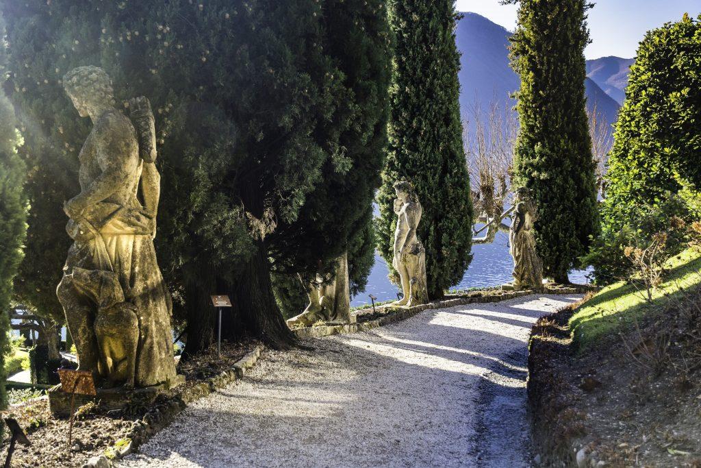 le romantiche statue del vialetto di accesso a Villa del Balbianello
