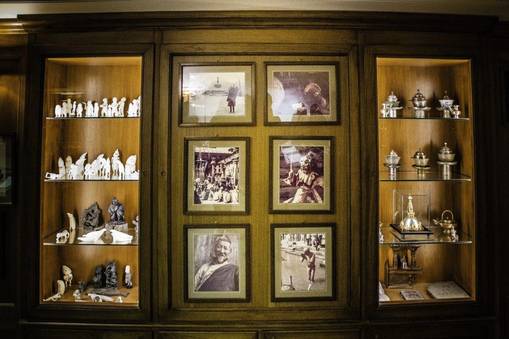 dettaglio dei ricordi di viaggio conservati da Giulio Monzino nella Villa del Balbianello