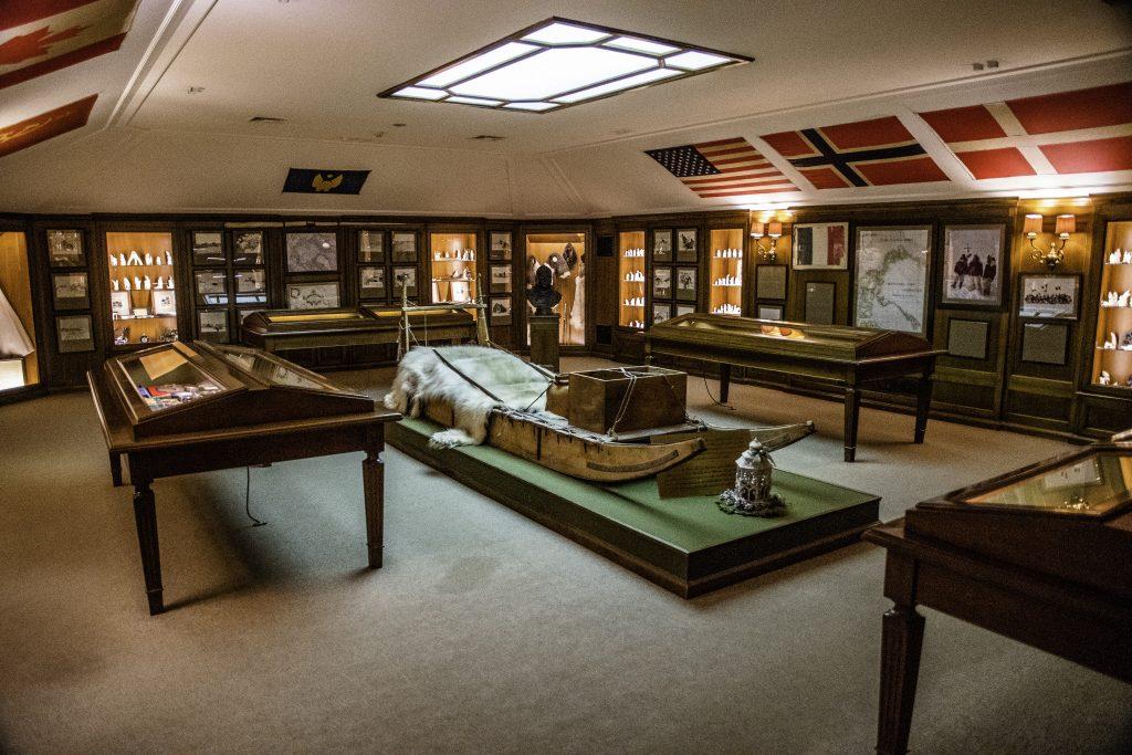 la stanza museo con i cimeli dei viaggi di Guido Monzino, ultimo proprietario della Villa del Balbianello
