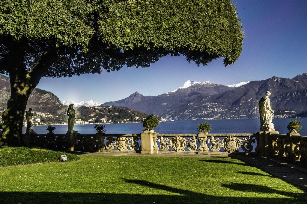 Villa del Balbianello la terrazza del belvedere con le statue e la magnifica vista sul lago di Como