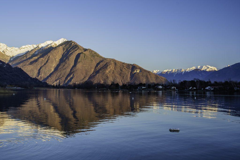 il profilo delle Alpi incornicia il lago