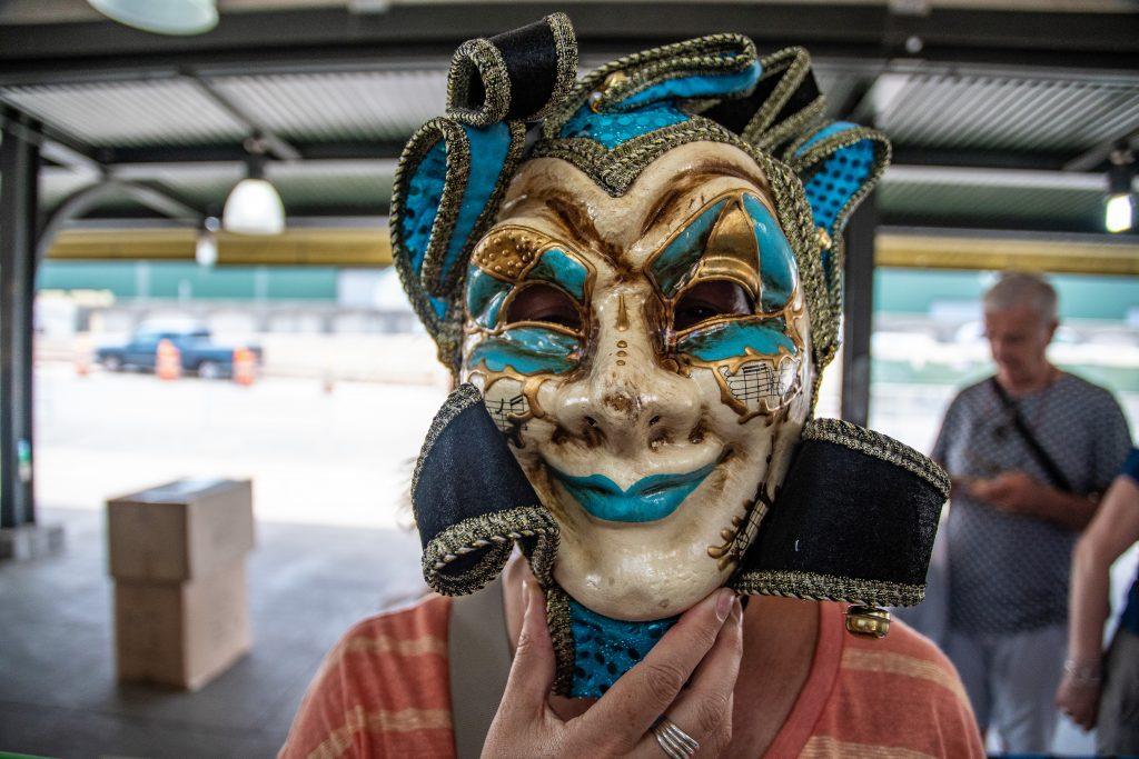 una delle maschere del Carnevale in vendita