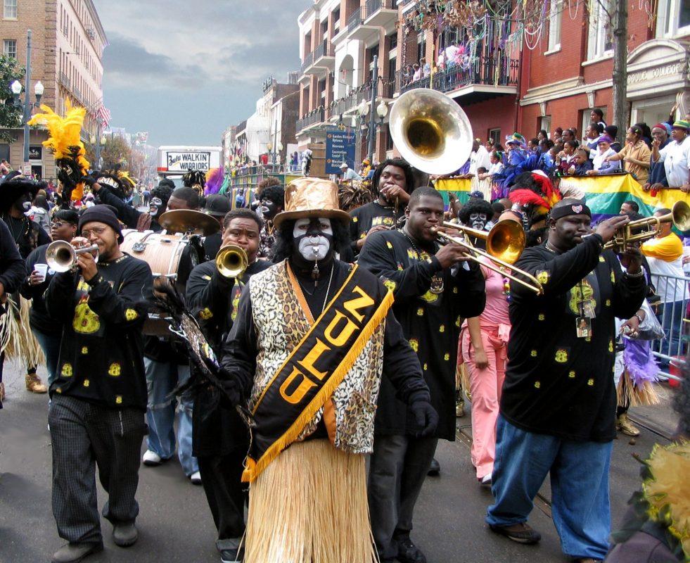bande musciali durante la sfilata del Mardi Gras