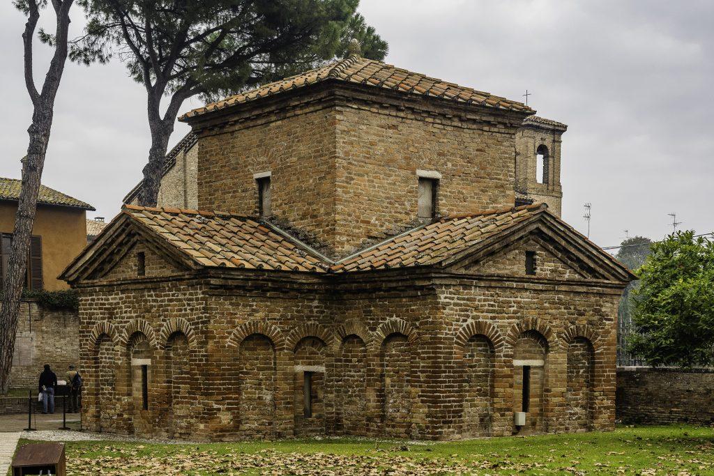 l'esterno del Mausoleo nel complesso di San Vitale a Ravenna