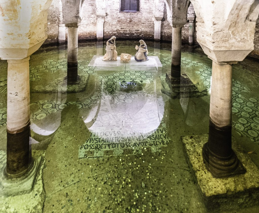 la suggestiva cripta della chiesa di San Francesco sotto il livello dell'acqua