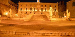 Vista notturna della Fontana della Vergogna della